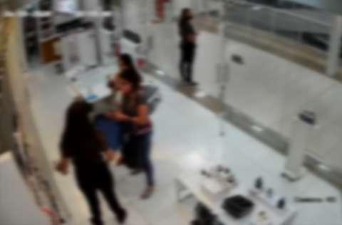 Com bebê no colo, mulheres furtam perfume de loja