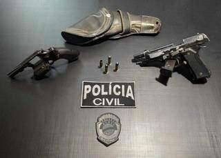 Armas apreendidas com o suspeito de ameaçar adolescente. (Foto: Divulgação / Polícia Civil)