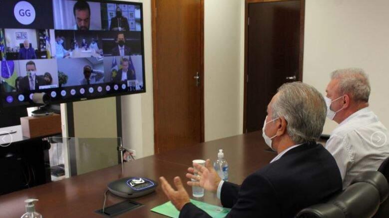 Governador Reinaldo Azambuja e o secretário estadual de saúde, Gerlado Rezende, durante videoconferência. (Foto: Dibvulgação)
