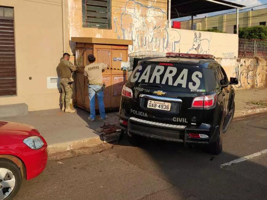 Banca que teve lacre violado sendo novamente lacrada na Rua 13 de Maio. (Foto: Garras)