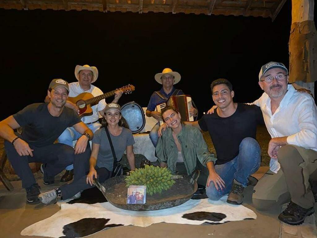 Cauã, Paula, e grupo que os acompanha no Pantanal (Foto: Reprodução/Instagram)