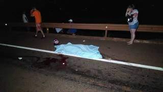 Corpo de vítima foi coberto com um lençol após o acidente. (Foto: Adilson Domingos)