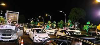 Plateia acompanhou tudo com buzinaço, no estacionamento da universidade (Foto: Uems/Divulgação)