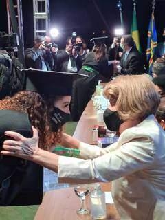 Aluna recebe certificado de conclusão do curso (Foto: Uems/Divulgação)