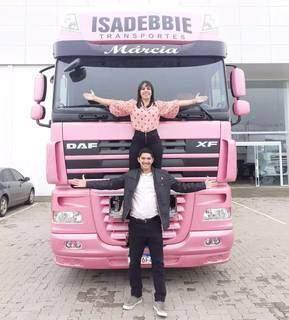 Clique no dia em que o casal fez a retirada do caminhão rosa na fábrica (Foto: Arquivo Pessoal)