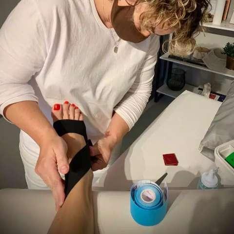 Sem medicamento, fita elástica é opção para acabar com as dores