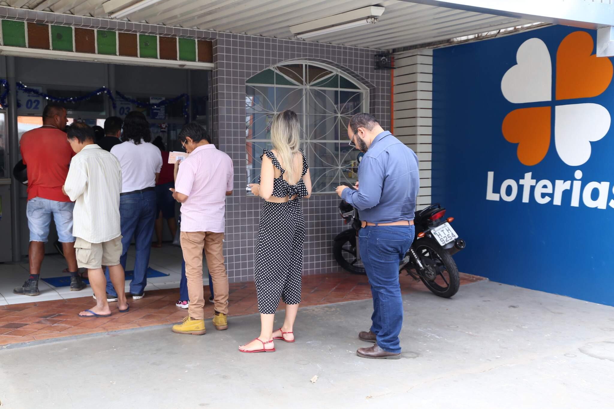 Fila de apostadores em lotérica da Capital. (Foto: Kisie Ainoã)