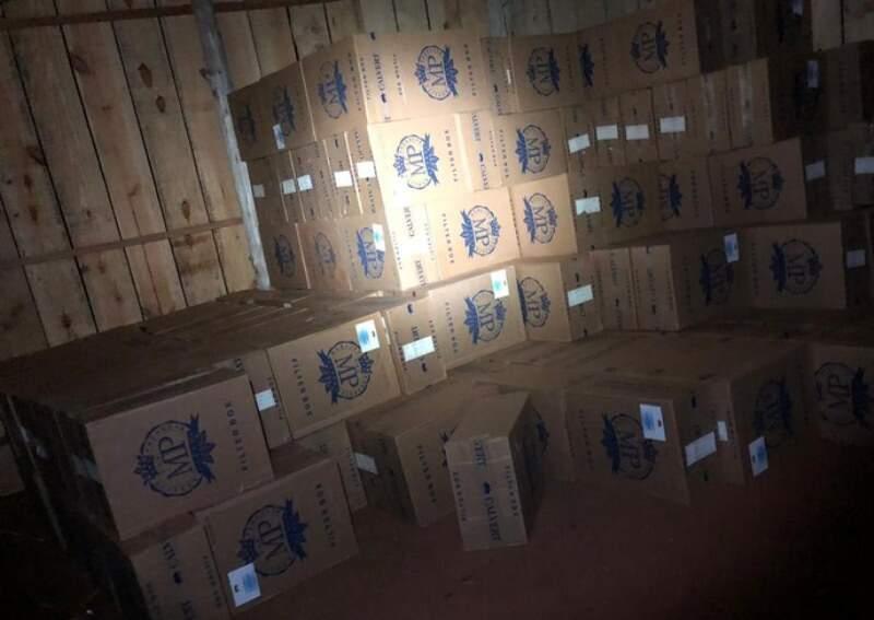 Caixas de cigarro apreendidas em Mundo Novo no dia 1º deste mês; alvo hoje é servidor da Receita que permitia passagem de cargas (Foto: Divulgação)