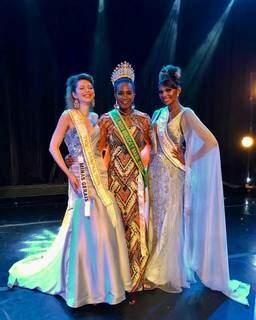 Eloá Rodrigues, no meio, com a faixa de Miss Beleza T 2020 (Foto: Reprodução/Instagram)