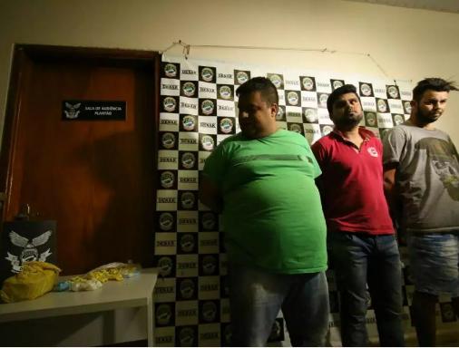 """Na época em que Emerson de Lima, vulgo """"Cabeçudo"""" (de camisa cinza) foi preso com os dois comparsas. (Foto: arquivo / Campo Grande News)"""
