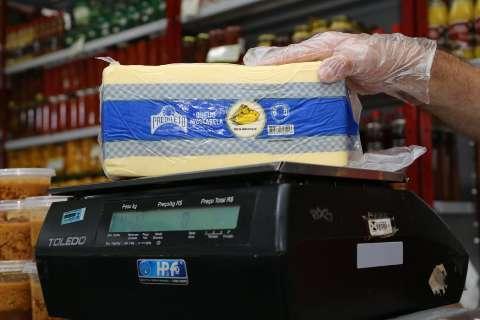 """Queijo """"mete a faca"""" em consumidor, sob justificativa da seca"""