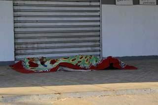 O corpo de Carla abandonado em frente a bar, no dia 3 de julho. (Foto: Kísie Ainoã)
