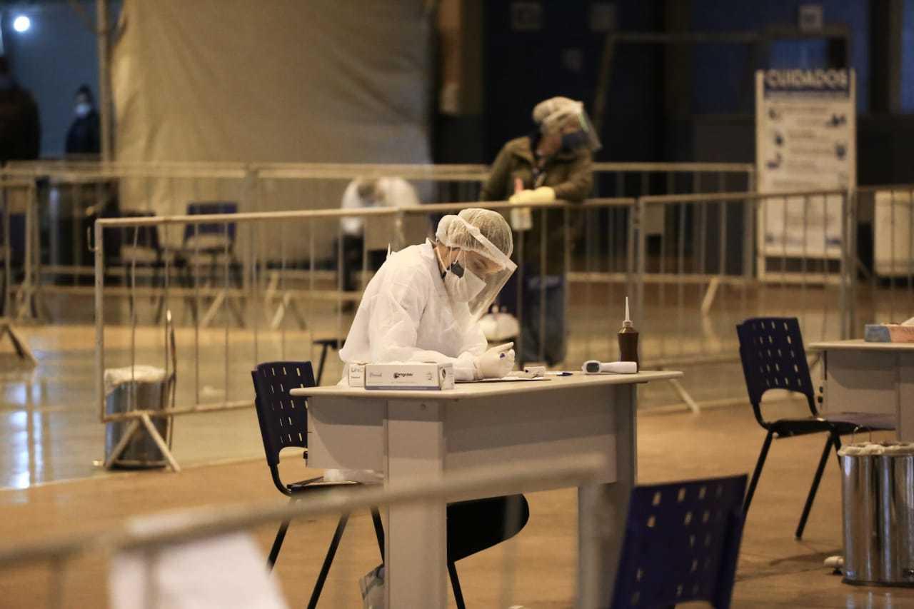 Exame de covid-19 sendo realizado por profissional de saúde (Foto: Arquivo/Marcos Maluf)