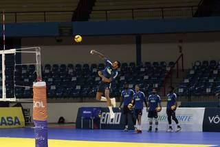 """Sacador do Cruzeiro """"voa"""" durante treino (Foto: Saul Schramm/Segov)"""