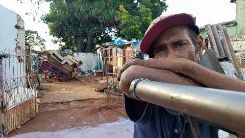 Morador de rua há 25 anos, hoje Arildo vive em meio aos entulhos