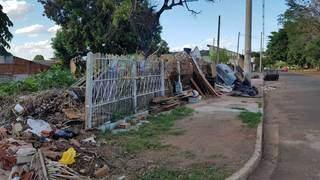 Entulhos ficam expostos na rua e incluem restos de várias coisas (Foto: Paulo Francis)