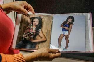A jovem assassinada em foto que a família mostrou à reportagem do Campo Grande News. (Foto: Silas Lima)