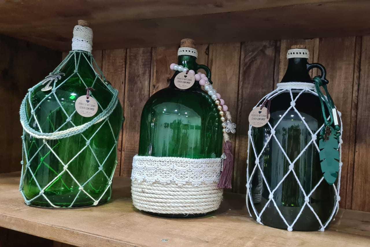 Com uso de materiais delicados, botelhas de vinho viram artigos decorativos (Foto: Reprodução)