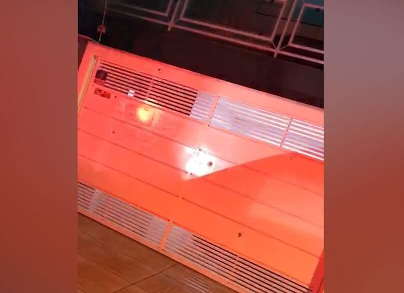Marcas de tiros ficaram no portão e 5 projéteis foram encontrados dentro da residência (Foto: Reprodução de vídeo)