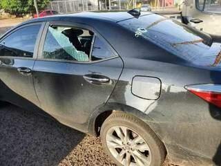 Imagem publicada pelo parlamentar mostra carro com marcas de tiros (Foto: Reprodução do Facebook)