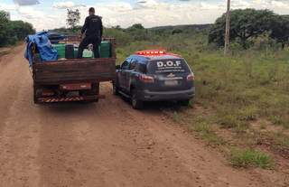 Equipe de fiscalização durante apreensão de maconha em rodovia estadual (Foto: Divulgação)
