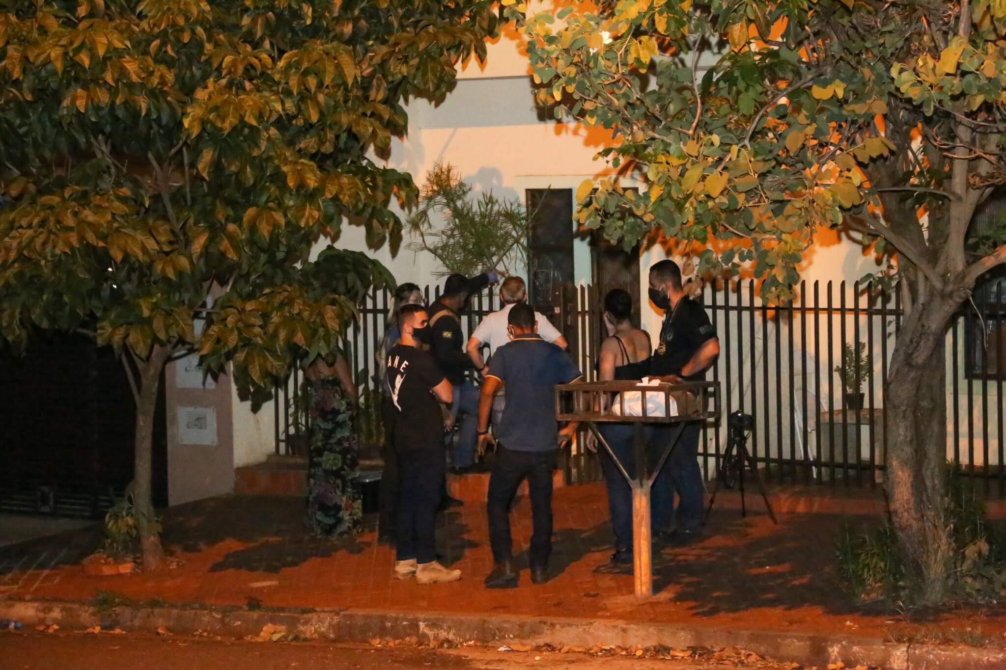 Policiais e integrantes da perícia em frente à casa de Clarice Silvestre de Azevedo, onde chargista foi assassinado (Foto: Paulo Francis)