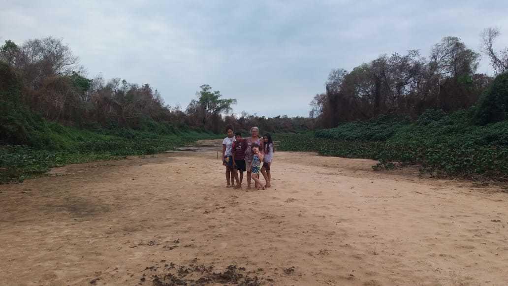 Nilza e família em local onde passava um rio, braço do Paraguai, em frente à casa deles. (Foto: Lucila Arruda)