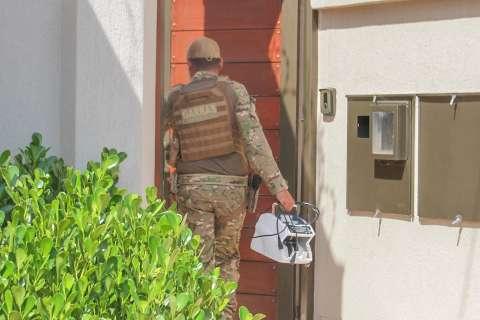 Policial do Garras chega com contador de dinheiro na casa de Jamilson Name