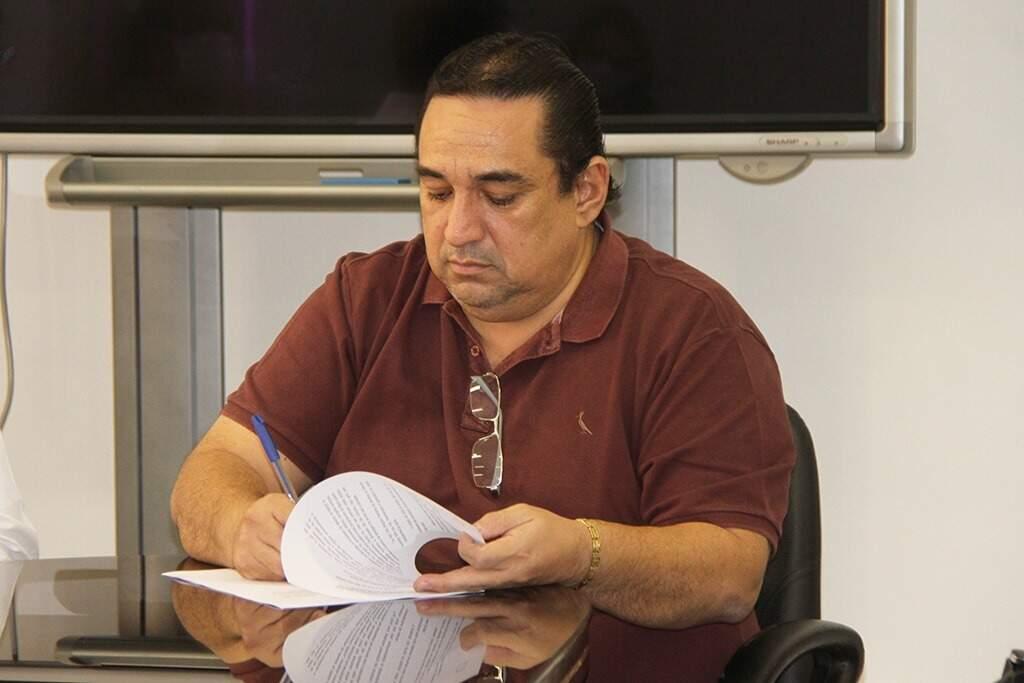 Prefeito de Corumbá, Marcelo Iunes, em seu gabinete (Foto: Repodução - Facebook)