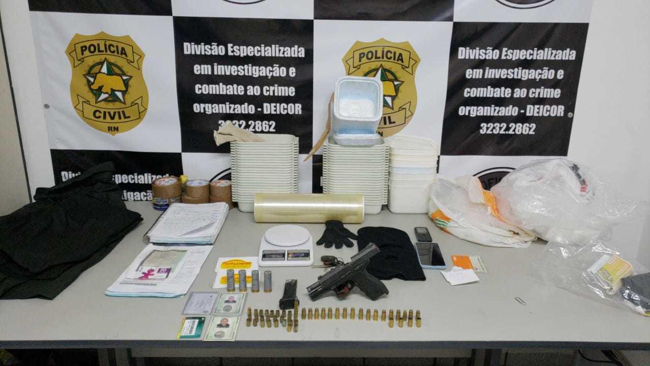 Na casa onde criminoso estava, policiais apreenderam pistola, 50 munições, balança e material para preparo de droga. (Foto: Polícia Civil)
