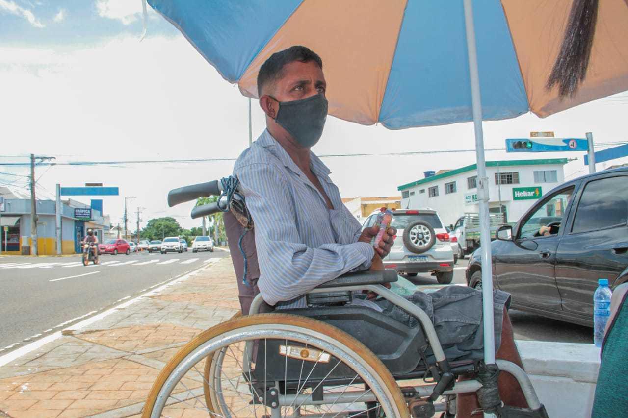 O cadeirante João precisa contar com a ajuda das pessoas para conseguir subir nas calçadas sem rampa de acesso (Foto: Marcos Maluf)
