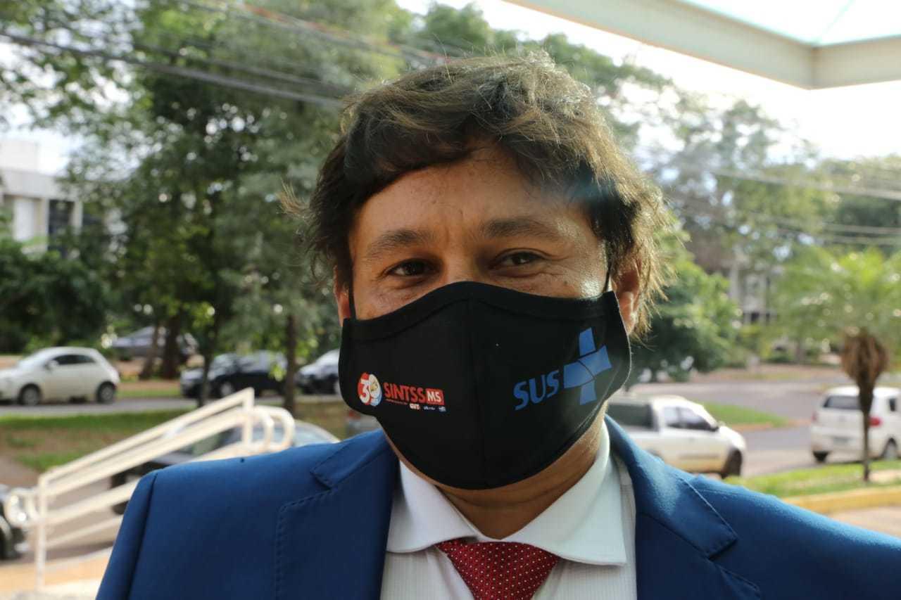 Marcos Tabosa foi à diplomação com máscara ressaltando o SUS (Foto: Kisie Ainoã)
