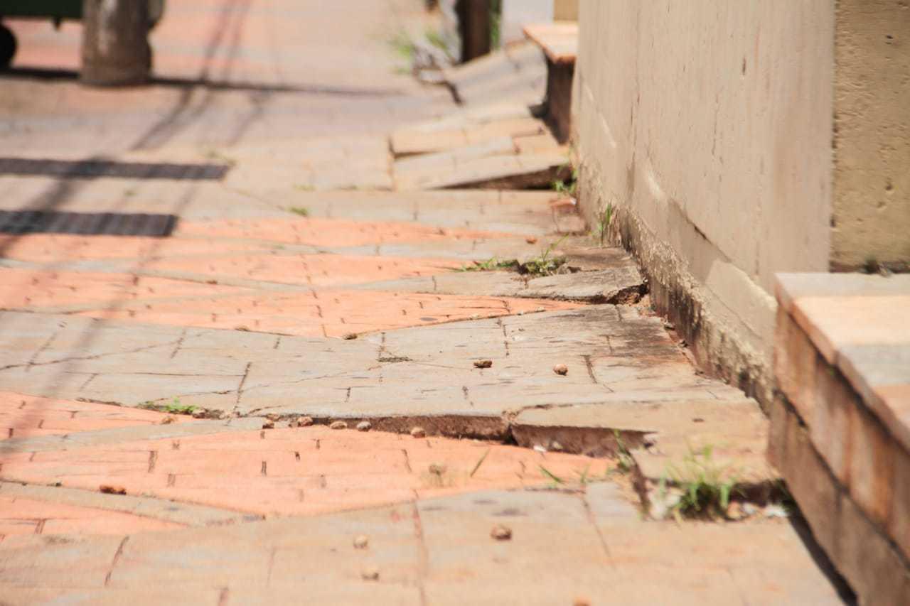 Placas soltas são risco de tropeço e fratura na região da Coronel Antonino. (Foto: Marcos Maluf)