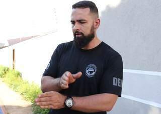 Delegado Carlos Delano dá entrevista durante as ações que levaram a prisão o serial keller Cleber de Souza Carvalho. (Foto: Arquivo/Campo Grande News)