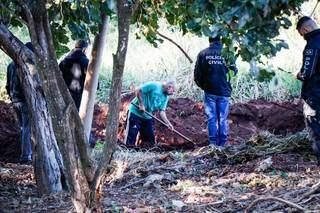 Cleber de Souza Carvalho, de 43 anos, escavando terreno para encontrar corpos. (Foto: Arquivo/Henrique Kawaminami)