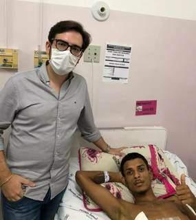 Juan ao lado do cirurgião que o operou (Hospital de Aquidauana)