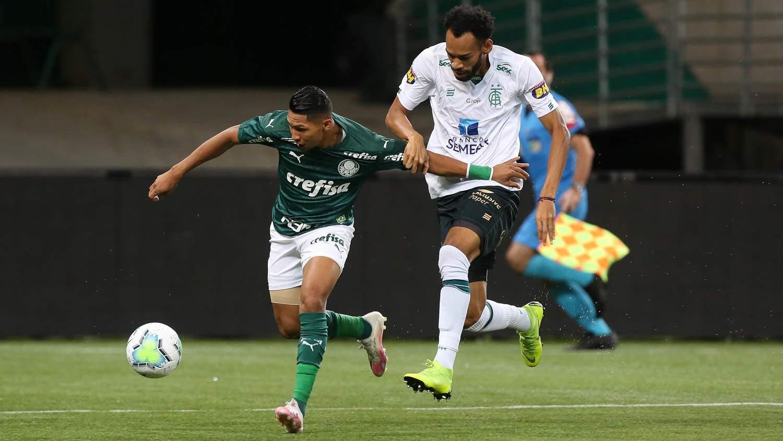 Rony, atacante do Palmeiras, tenta escapar da forte marcação do zagueiro do América (Foto: Palmeiras/Divulgação)