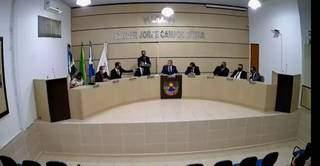 Câmara de Bandeirantes empossou Edervan Gustavo Sprotte (no centro) como prefeito interino. (Foto: Reprodução)