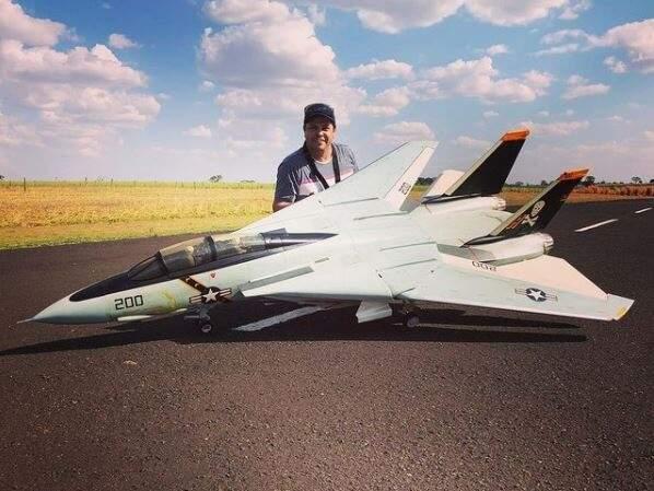 Renato com um dos seus aeromodelos (Foto: Arquivo Pessoal)