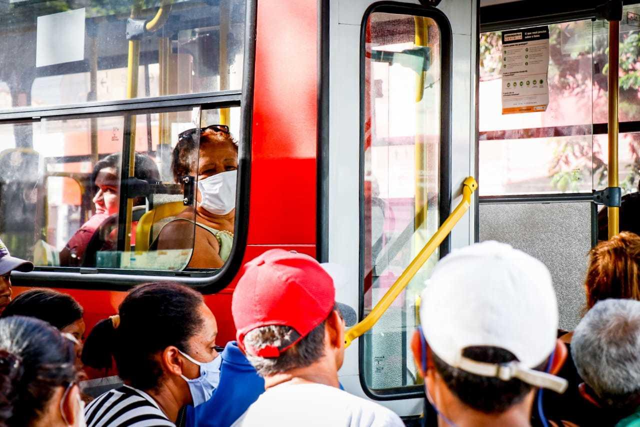 População espera para subir em transporte coletivo em Campo Grande (Foto: Henrique Kawaminami/Arquivo)