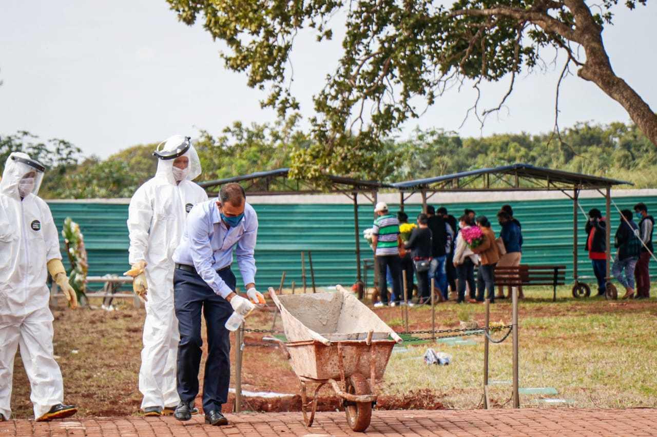Sepultamento sendo realizado em Campo Grande (Foto: Henrique Kawaminami/Arquivo)
