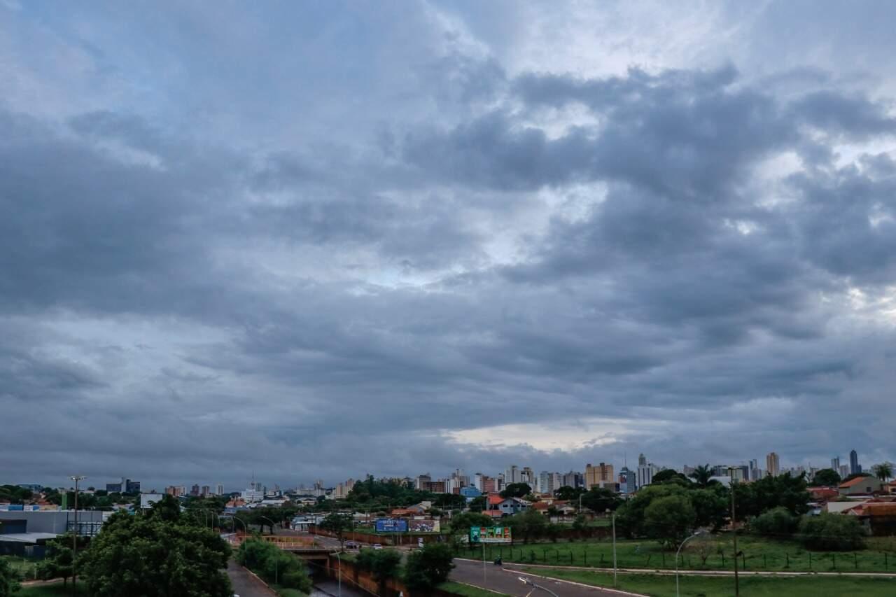 Em Campo Grande, céu amanheceu carregado de nuvens escuras, anunciando a chegada de pancadas de chuvas previstas para a Capital. (Foto: Henrique Kawaminami)