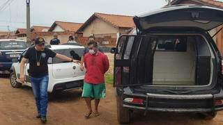 Clayton Marques da Silva levado pela polícia ontem. (Foto: Marcos Rivani)