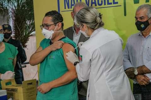 'Vitória da ciência e grande esperança', diz primeiro médico vacinado em MS
