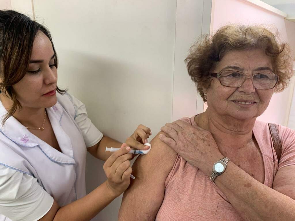 Enfermeira imunizada idosa contra a gripe, dias antes do início da pandemia da covid-19 em Mato Grosso do Sul (Foto: Divulgação/SES)
