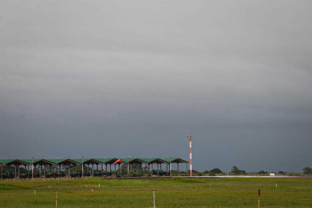 Pista de pousos e decolagens da Base Aérea de Campo Grande, onde o lote de doses da CoronaVac desembarcarão, em dia nublado (Foto: Henrique Kawaminami)