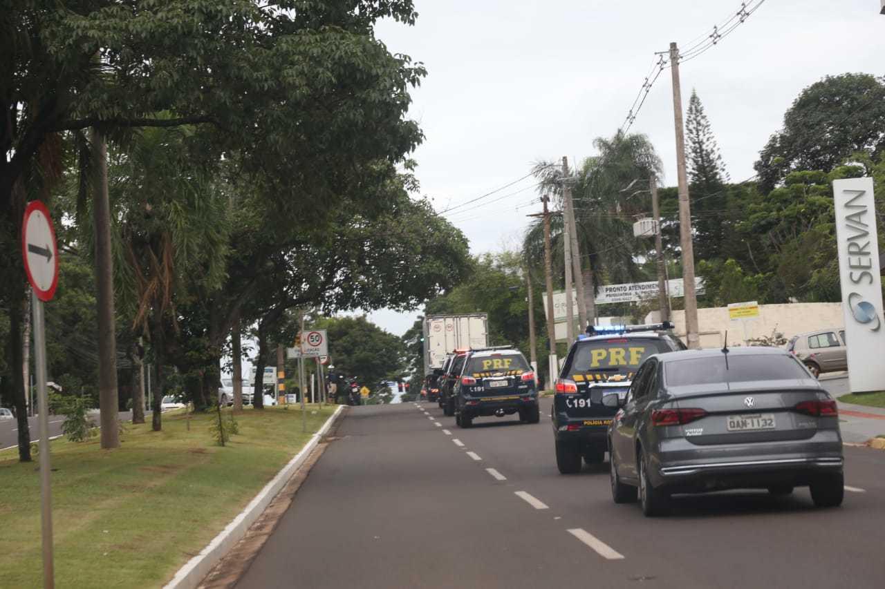 Comboio na Avenida Afonso Pena leva vacinas para central da Secretaria de Saúde.
