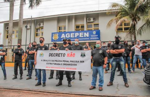 Em protesto, servidores de presídios alegam não ter arma para segurança externa