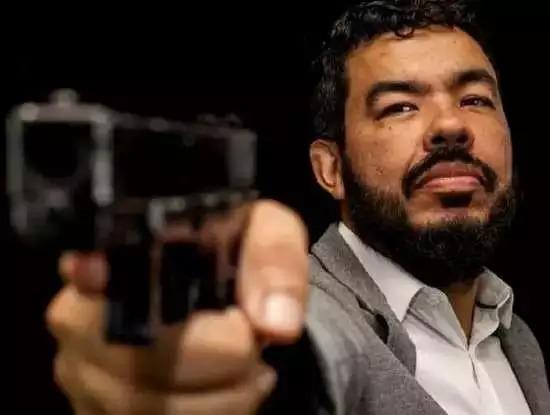 Loester Trutis em foto publicada por ele exibindo pistola. (Foto: Reprodução das redes sociais)