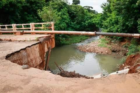 Cratera engole mais um pedaço de ponte em avenida do Tijuca